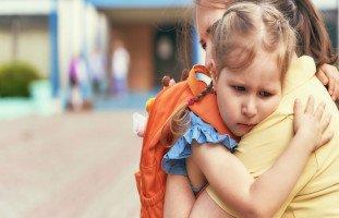 أسباب رفض الطفل الذهاب إلى المدرسة وأضرار الغياب المدرسي