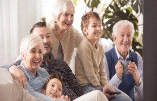 كيف تتعاملين مع ارتباط الزوج بعائلته؟