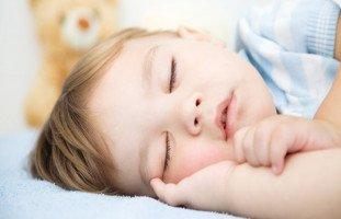 """""""طفلي يشخر وهو نائم"""" أسباب شخير الأطفال وعلاجه"""