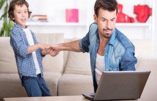 أثر انشغال الوالدين على الأبناء ونصائح للأهل المنشغلين