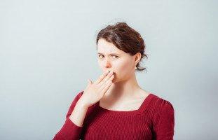 أسباب رائحة الفم الكريهة وطرق علاجها منزلياً