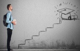 كيف أكمل دراستي وأنا موظف؟ التوفيق بين العمل والدراسة