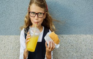 تعليم الطفل آداب الطعام وأهم آداب المائدة للأطفال