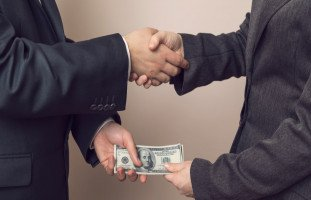 الفساد الإداري وتأثيره على بيئة العمل والإنتاجية