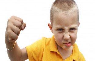 طفلي يضربني! أسباب سلوك الضرب عند الطفل وعلاجه