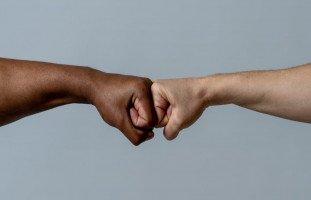 علاج العنصرية في الإسلام ومحاربة التمييز العنصري