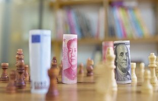 نظريات الاقتصاد السياسي والجامعات التي تدرّسه