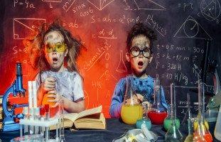 سلوك التجريب عند الأطفال بين التعلم وإشباع الفضول
