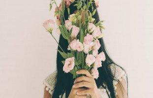 صفات الفتاة الخجولة وعلامات الحب عند البنت الخجولة