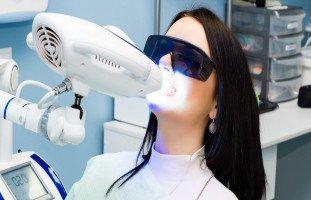 فوائد وأضرار تبييض الأسنان بالليزر وسعر التبييض بالليزر