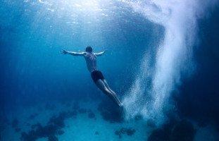 السباحة في المنام وتفسير حلم الغرق بالتفصيل