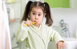كيف تعلّمين طفلك أفضل العادات الصحية والسلوكية؟