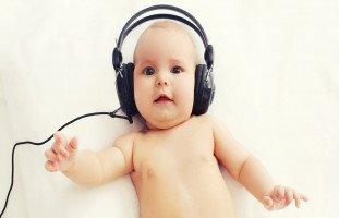 متى يسمع الطفل حديث الولادة؟ كيف أعرف ضعف السمع عند الطفل؟