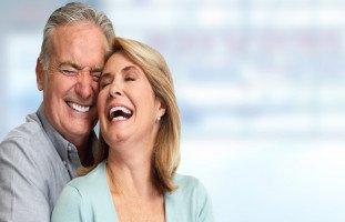الابتسامات والضحكات في العلاقات الاجتماعية والعاطفية