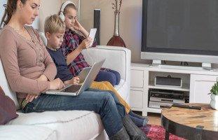 مخاطر قضاء الأطفال أوقاتهم أمام الشاشات الإلكترونية