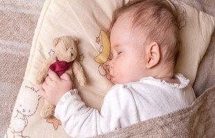 عدد ساعات نوم الطفل في الشهر الخامس وألعاب الرضيع 5 شهور