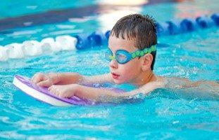 خطوات تعليم السباحة للأطفال وفوائد السباحة للطفل