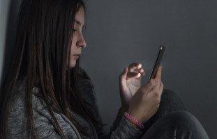 كيف أتعامل مع ابنتي المراهقة وأحميها من الجوال والإنترنت والشباب؟
