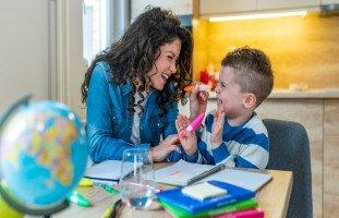 هل طفل التوحد يتكلم ويضحك ويفهم ويغار ويحب أمه؟