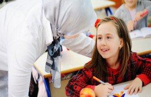 """تعلق الطالبة بالمعلمة الأسباب والحلول """"رسالة إلى طالبة متعلّقة بمعلمتها"""""""