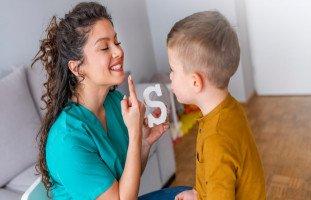 علاج اللثغة عند الأطفال وأسباب لدغة اللسان