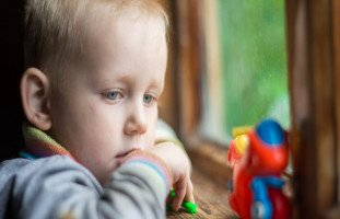 الفرق بين الطفل الطبيعي وطفل التوحد
