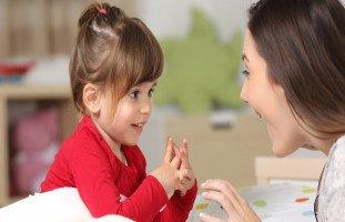 مراحل النمو اللغوي عند الطفل وعلامات تطور اللغة