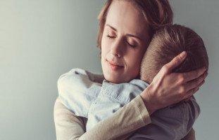 أسباب رعشة الجسم المفاجئة عند الأطفال وعلاجها
