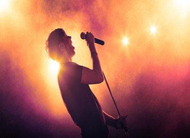 الغناء في المنام وتفسير رؤية الأغاني في الحلم بالتفصيل