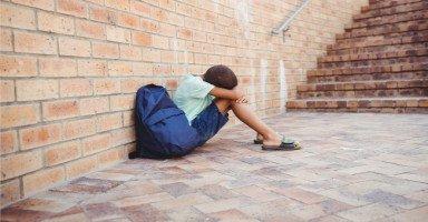ابني يعاني من السخرية في المدرسة بسبب خلع الولادة
