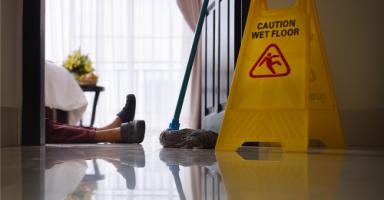 زوجها ونظرات عاملة النظافة! (1)