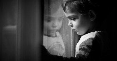 ما هي الطريقة الصحيحة لإخبار الطفل أن أمه متوفية