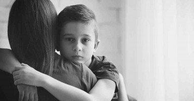 حرمت ابني من طفولته خوفاً عليه من أي مكروه