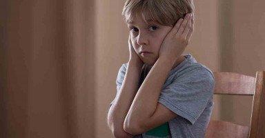 أحزن على ابني حينماأراه يريد أن يعبر ولا يستطيع وأنا أعلمه