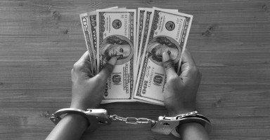 أمي دمرت حياتي ورفضت تزويجي وسرقت أموالي