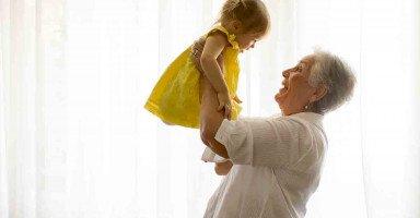 وجدت في حفيدتي عوض الله عن كسرة قلبي على فراق ابنتي