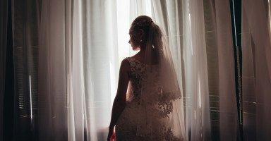 يعرض علي الزواج بلا إشهار أو حفل لأنه متزوج كيف أقنع أهلي