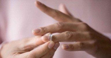أريد أن أتزوج لكن أشعر بالإحراج من أهلي