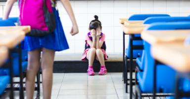 خائفة أن يسبب هذا الموقف عقدة لابنتي من المدرسة
