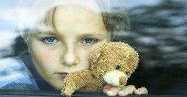 ابنتي تخاف من الرجال كثيرا، فهل وضعها طبيعي؟