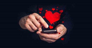 يوهمني بالحب والزواج حتى أرسل له صوري