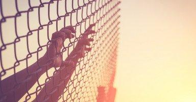 أعاني من زوجي بسبب عقده النفسية وكأني أعيش بسجن