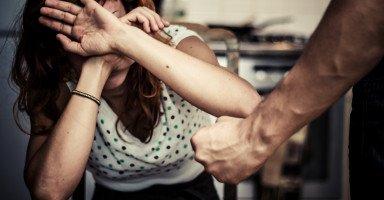 زوجي يضربني بشكل يومي والحجة ضغوطات العمل