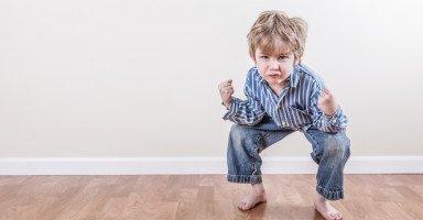 طفلي يعصر نفسه كأنه يتشنج فما السبب