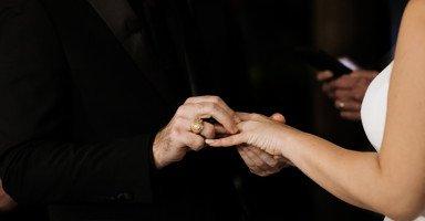 متزوج ويريد الزواج بها سراً رغم انها مسنة