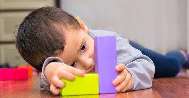 هل الطفل الذي لديه تصرف تكراري يكون عنده توحد