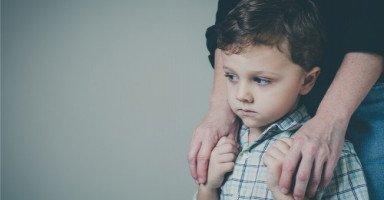 طفلي اكتشف بأني أكلم شاب على الهاتف، كيف أتصرف معه؟