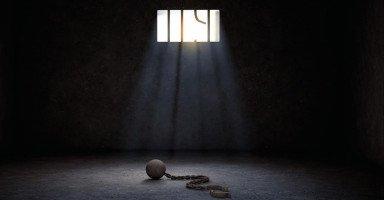 خيانة زوجتي الصدمة التي تلقيتها بعد خروجي من السجن