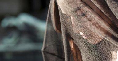 خطيبي يعيش في جو الحجاب والالتزام في الدين أما أنا لا