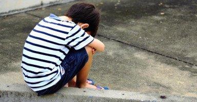 خوف ابني الشديد من والده أمر مثير للشك